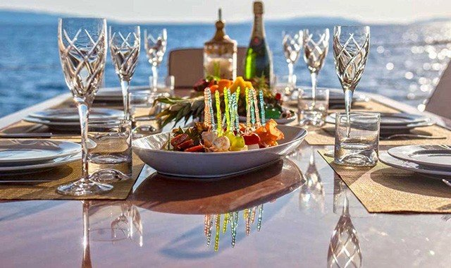 Speisen an Bord einer Luxusyacht